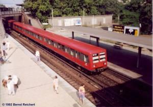 BR 485 fährt am Bahnsteig D Richtung Lichtenberg ein