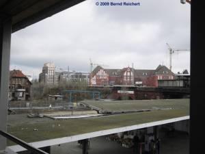 Blick über den Bahnsteig D hinüber zur FHTW