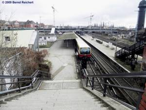 Blick vom Bahnsteig A hinab zum Bahnsteig D