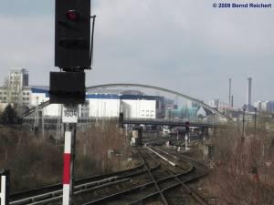 Blick vom Westende des Bahnsteiges A zur (neuen) Modersohnbrücke