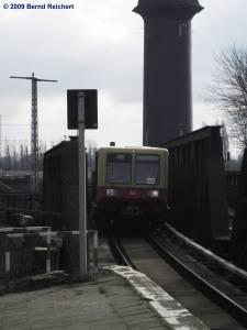 Zug der Baureihe 485, von Treptower Park kommend, erreicht gleich den Bahnsteig A