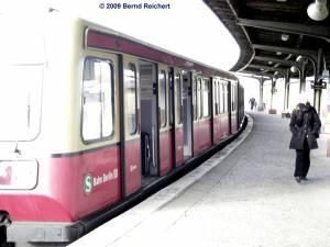 Infolge der starken Krümmung der Bahnsteigkante am Bahnsteig A gibt es hier größere Lücken zwischen Zug und Bahnsteigkante