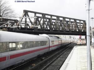 Ein ICE, aus dem Bahnbetriebswerk Rummelsburg kommend, wird in wenigen Minuten am Ostbahnhof auf große Fahrt gehen