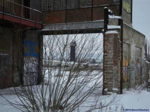 Blick von der alten Glasschmelze in Stralau zum Wasserturm am Ostkreuz