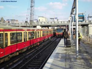 (Fast)-Parallelausfahrt der Züge nach Erkner und nach Strausberg