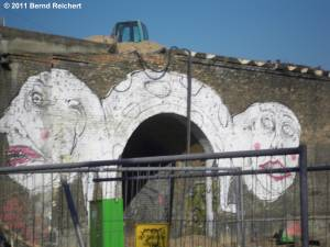 Schräges Grafitti an der ehemaligen Fußgängerunterführung unter die Ringbahn, aufgenommen in Berlin-Stralau, 26.02.2011