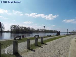 Reste der 1945 gesprengten Straßenbrücke über die Oder in Gartz, aufgenommen am 18.04.2011
