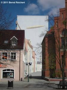 Keine Fata Morgana, sondern eine Wandmalerei am Giebel eines Neubaublocks, die das Vorhandensein eines Straßenzuges suggeriert, Schwedt (Oder), aufgenommen am 18.04.2011
