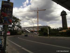 Blick vom Markgrafendamm auf den Rohbau der neuen Ringbahnsteighalle