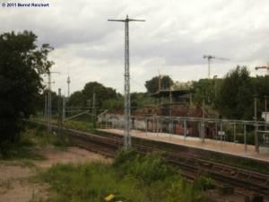 Blick von der provisorischen Fußgängerbrücke hinüber zum alten Bahnsteig A