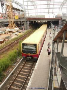 Zug nach Babelsberg, im Hintergrund Skelett der neuen Ringbahnsteighalle