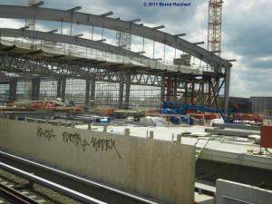 Blick vom Regional-Ring-Bahnsteig in die Bahnsteighalle des in Bau befindlichen S-Bahn-Ring-Bahnsteiges