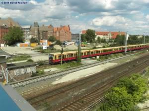 Zug aus Erkner kommend, fährt am Ostkreuz ein