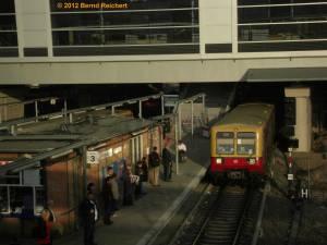 20120328-01 - Zug aus Rummelsburg (BR 485) fährt am Bahnsteig E ein