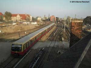20120328-07 - Zug aus Lichtenberg fährt gerade am linken Gleis des alten Bahnsteiges D ein
