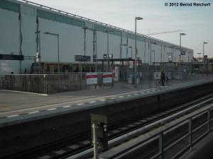 20120328-08 - Ein letzter Blick auf den Regional-Ring-Bahnsteig mit S-Bahn-Verkehr von der Kynaststraße her