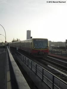 20120328-09 - Einfahrt eines Ringzuges der Linie 42