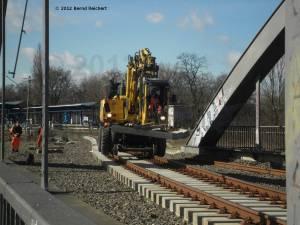 20120412-00 - Gleisfähiger Kleinkran zwischen Ostkreuz und Treptower Park
