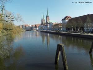 20120406-08 - Lübeck, Blick von der Dankwartsbrücke zur St.-Petri-Kirche (im Vordergrund) und zur St.-Marienkirche