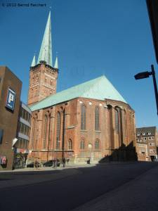 20120406-10 - Lübeck, Blick auf die St.-Petri-Kirche von der Schmiedestraße aus