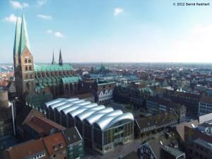 20120406-14 - Lübeck, Blick vom Turm der St.-Petri-Kirche in Richtung Nordosten, links die St.-Marien-Kirche, rechts daneben das Rathaus