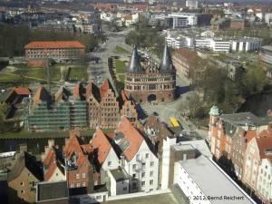 20120406-15 - Lübeck, Blick vom Turm der St.-Petri-Kirche in Richtung Westen zum Holstentor