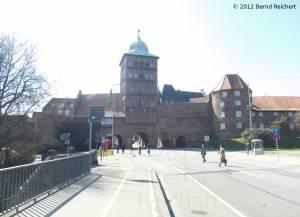 20120406-28 - Lübeck, Großes Burgtor (links) und Marstall (rechts), Blick von der Burgtorbrücke