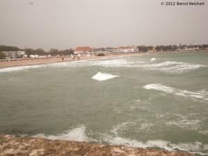 20120407-19 - Travemünde, Warten auf schöneres Wetter: Strand von Travemünde