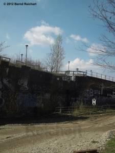20120412-16 - Blick auf den alten Bahnsteig A vom Fußweg in der Verlängerung der Revaler Straße