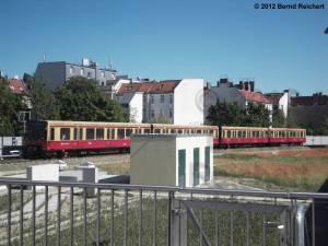 20120526-12 - Ostkreuz, Blick vom Nordende des Ringbahnsteigs zu den Häusern der Neuen Bahnhofstraße