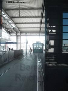 20120526-13 - Ostkreuz, Mangelnde Ausrichtung der Kioske auch in Querrichtung