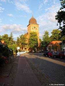 20120808-16 - Kirchturm von Gingst, in der Abendsonne strahlend