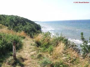 20120809-144313 - Blick von dem Weg entlang der Kliffkante bei Varnkewitz hinab auf den Strand, Blickrichtung Westen