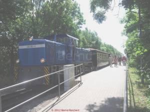20120811-04 - Angekuppelte Schmalspurdiesellok im Nachschub, zur Weiterfahrt nach Lauterbach-Mole