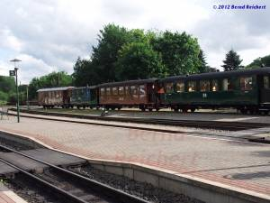 20120812-01 - Historische Wagen am Bahnhof Putbus