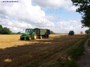20120812-05 - Traktor mit (noch leerem) Getreideanhänger