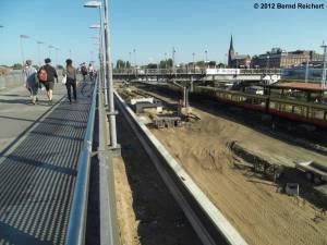 20120916-08 - Blick vom Fußgängersteg am Bahnhof Warschauer Straße auf die Baustelle