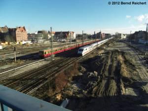20121228-10 - S-Bahn der Linie 3 aus Erkner oder Friedrichshagen begegnet einem ICE auf dem Weg in das Betriebswerk Rummelsburg