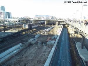 20121228-22 - Schotterbettung an der Bahnsteigkante in Bau