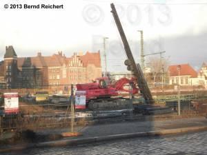 20130209-12 - Baumaschine auf dem Bahngelände neben der Hauptstraße