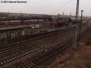 20130216-17 - Blick von der Fußgängerbrücke am U-Bahnhof Warschauer Straße