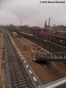20130216-19 - In der Anfangszeit wird dieser neue Bahnsteig wohl erst einmal nur über die seit einigen Jahren in betrieb befindliche provisorische Fußgängerbrücke erreichbar sein.