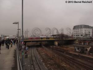 20130216-21 - Blick von der Fußgängerbrücke auf die Warschauer Brücke, die gerade von einer Straßenbahn befahren wird.