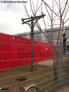 20130303-05 - Alte Bahnsteigdachstütze vor dem Info-Container.