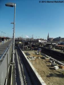 20130304-10 - Warschauer Straße, Hochbetrieb auf der Baustelle des ersten neuen S-Bahnsteigs