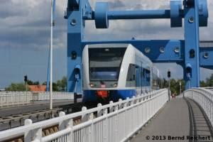 20130730-120 - Zug der UBB auf der Peenebrücke in Wolgast