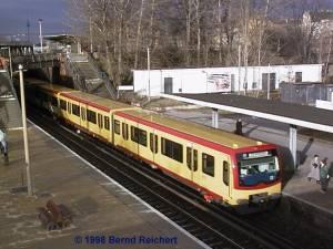 Zug nach Lichtenberg fährt gerade am Bahnsteig D ein