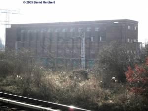 Blick vom Bahnsteig A zum S-Bahn-Stromwerk Markgrafendamm